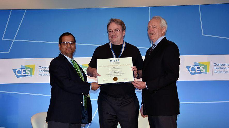 Archiwalne: Linus Torvalds odbiera nagrodę IEEE Masaru Ibuka Consumer Electronics Award 2018, fot. CC-BY
