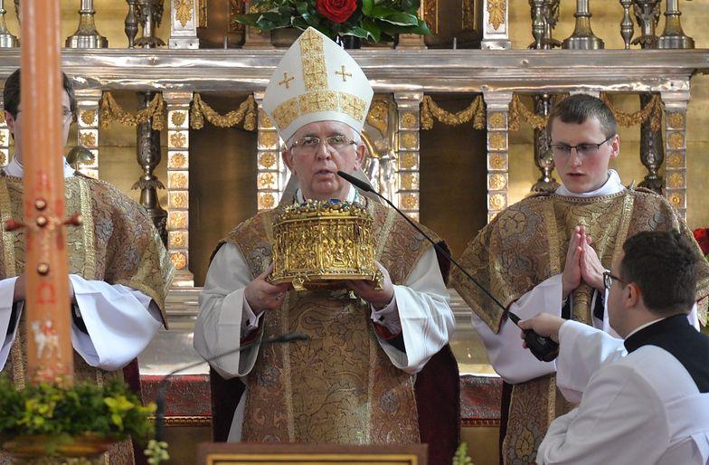Arcybiskup skrytykował piosenkę Johna Lennona. Ludzie puścili ją pod jego domem
