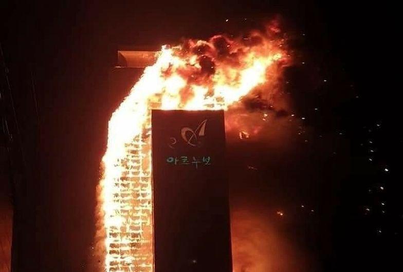 Potężny pożar. 33-piętrowy wieżowiec cały w ogniu. Zdjęcia i filmy porażają