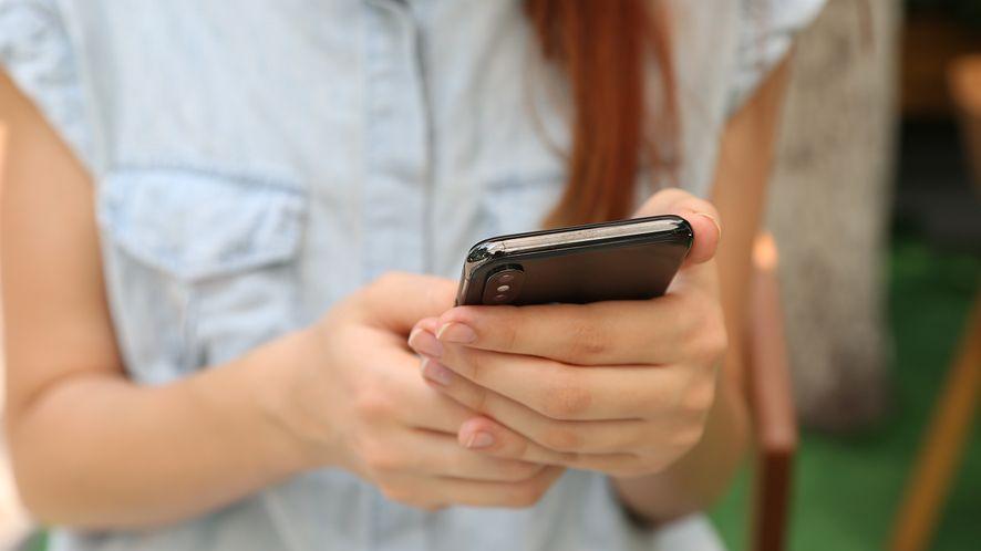 Kobieta korzystająca ze smartfona