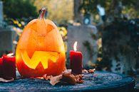 Rocket League i Call of Duty szykują się na Halloween - Halloween pumpkin Jack o lantern and candles on a graveyard.