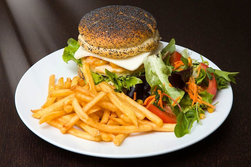 Frytki z sałatką i hamburgerem nie są najlepszym daniem jeśli się odchudzasz
