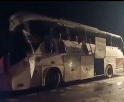 Egipt. Autobus z turystami uderzył w betonową barierę. 12 osób nie żyje