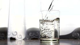 Zimna czy ciepła woda? Którą lepiej pić? (WIDEO)