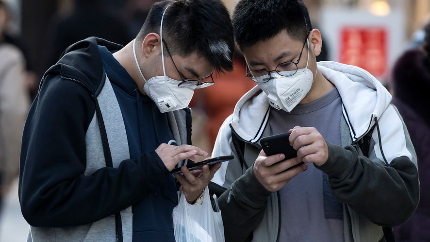 Koronawirus stawia nie tylko wyzwanie w przestrzeni publicznej, ale i przede wszystkim w sieci, fot. Tomohiro Ohsumi/Getty Images