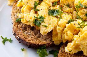 Jajecznica dobrą opcją na śniadanie. Jest smaczna i odchudza