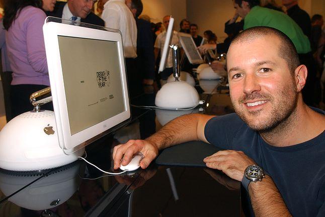 Jony Ive przy iMacu G4 – jednym ze swoich projektów, źródło: Getty Images.