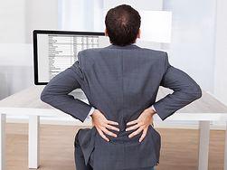 Nie garb się przy biurku. Negatywne skutki długiego siedzenia