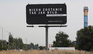 """Billboard z napisem """"Niech zostanie tak jak było. .."""" przy alei Wojska Polskiego w Kaliszu."""