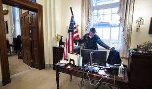USA. Wtargnął na Kapitol, zajął biurko spikerki. Teraz ma kłopoty