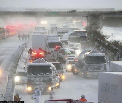 Japonia. Gigantyczny karambol pod Osaką. 130 aut na zaśnieżonej autostradzie. Zabity i 10 rannych