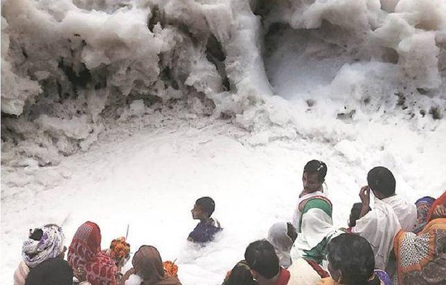 To nie gruba warstwa śniegu. Fotograf pokazał, jak zanieczyszczenia zniszczyły rzekę