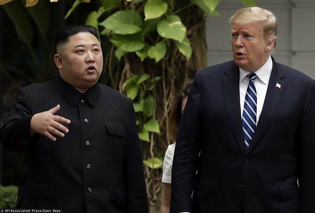Donald Trump i Kim Dzong Un podczas spotkania w Hanoi