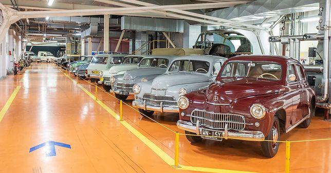 Warszawa. W hali lakierni Fabryki Samochodów Osobowych na Żeraniu zobaczyć można pojazdy, które kiedyś  stąd wyjechały. Mimo wieku prezentują się doskonale. Czasem lepiej niż w młodości