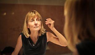 Makijaż na bal dla czterdziestolatki powinien nie tylko oszałamiać, ale również odmładzać twarz.