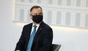 Szczepienie Andrzeja Dudy. Karetka przed Pałacem Prezydenckim