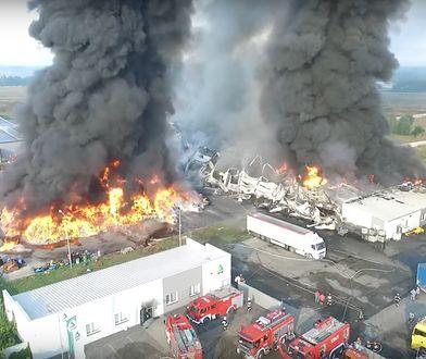 Pożar zakładów w Myszkowie (woj. śląskie), zawalił się dach płonącej hali