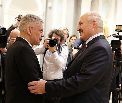 Polska była pierwszym krajem, który odnowił relacje z Białorusią - przypomina kremlowska agencja. Na zdjęciu Stanisław Karczewski z Alaksandrem Łukaszenką