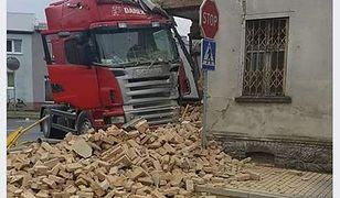 Kierowca samochodu ciężarowego chciał uniknąć czołówki i uderzył w pustostan