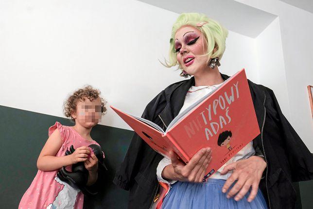 """Drag queen Lola czyta dzieciom bajkę o """"Nietypowym Adasiu"""""""