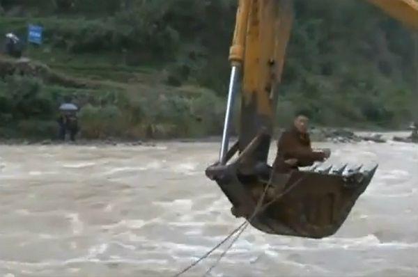 Dramatyczna akcja ratunkowa. Wyciągnęli kierowcę łyżką koparki