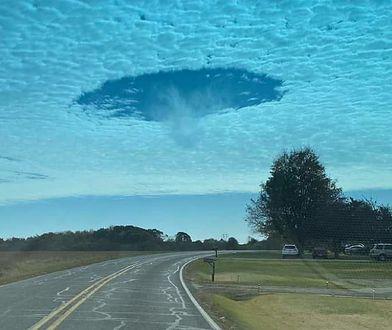 """""""UFO wylądowało"""" - komentowali internauci. Dziwna dziura w chmurach wywołała niepokój w USA"""