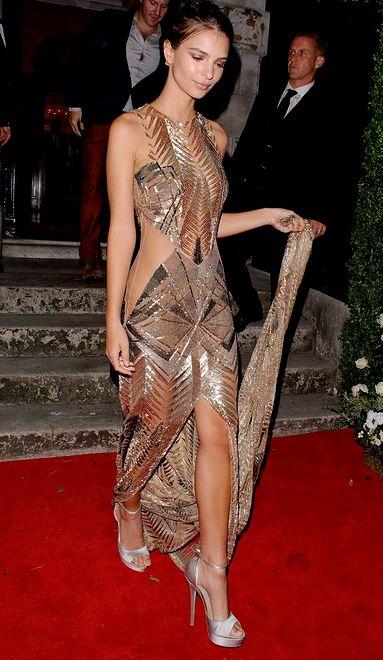 Złota suknia Emily Ratajkowski