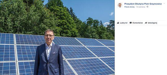 Prezydent na tle farmy solarnej.