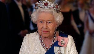 Królowa Elżbieta II, pomimo podeszłego wieku, wciąż wykonuje swoje obowiązki.