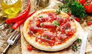 Stosowanie przypraw wzbogaci smak pizzy.