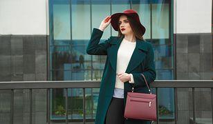 Stylowy zestaw z płaszczem nie zawsze wygląda tak samo - są ubrania, które dodadzą temu strojowi stylu
