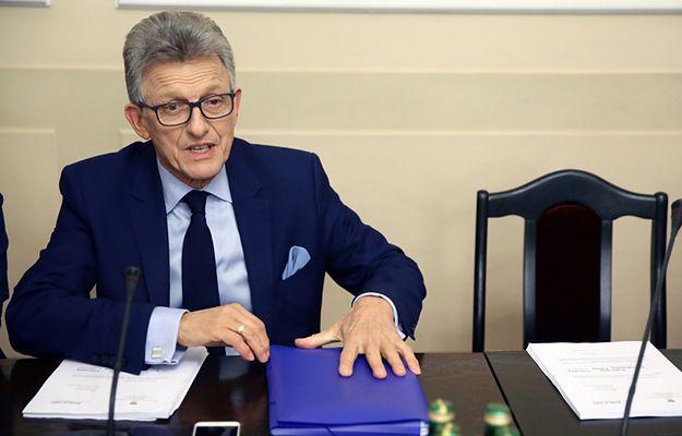 """Piotrowicz pozostaje szefem komisji. """"Kwiaty mu jeszcze dajcie"""""""