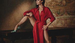 """I ona ma 43 lata i czworo dzieci? Victoria Beckham w sesji dla """"Vogue'a"""" pozowała niemal naga"""