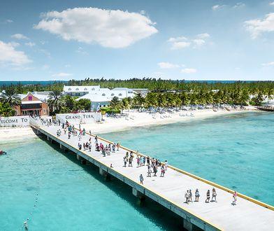 Wyspy otoczone przez rafy koralowe (jedna z nich zaliczana jest do najdłuższych na świecie) z roku na rok odwiedza coraz więcej turystów