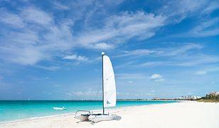 Plaża Grace Bay na Bahamach zachwyca miękkim, białym piaskiem i turkusową wodą