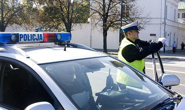 Policjanci z młodymi kierowcami