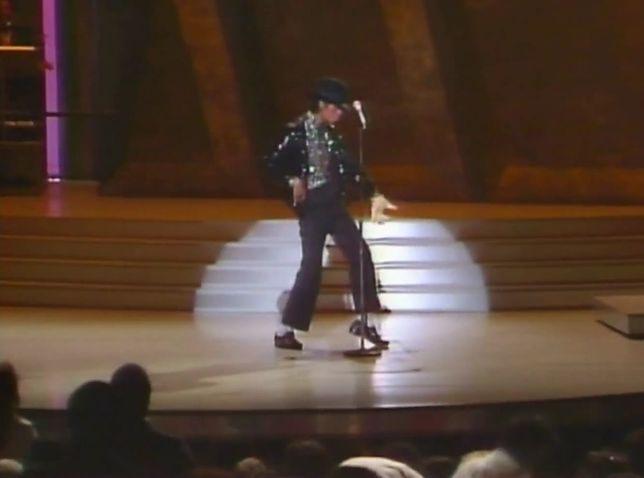 """Michael Jackson po raz pierwszy wykonuje na scenie """"moonwalk"""""""