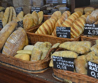 Coraz więcej Polaków rezygnuje z jedzenia pieczywa. Często za taką decyzją stoi choroba, jednak coraz więcej osób ulega modzie i eliminuje chleb ze swojej diety zupełnie niepotrzebnie.
