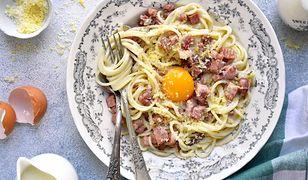 Jajko confit można podać z delikatnym spaghetti