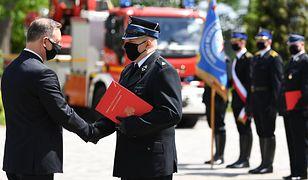 Wybory 2020. Andrzej Duda wręczył strażakom promesy na auta. Dlaczego nie kluczyki?