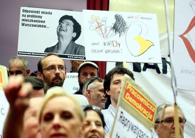 """Rozpoczęła się nadzwyczajna sesja Rady Warszawy. Tłum skanduje: """"do dymisji"""""""
