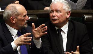 """Antoni Macierewicz i Jarosław Kaczyński dzień po odwołaniu szefa MON. Po dwóch latach, zamiast raportu w sprawie katastrofy, dowiemy się """"na jakie pytania podkomisja Macierewicza będzie szukała odpowiedzi"""""""
