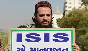 """Muzułmanin z Indii trzyma tablicę z napisem """"ISIS jest zagrożeniem dla ludzkości"""", podczas pokojowego protestu potępiającego ataki terrorystyczne ISIS w Iraku i w Afganistanie, 18 listopada 2015 r."""