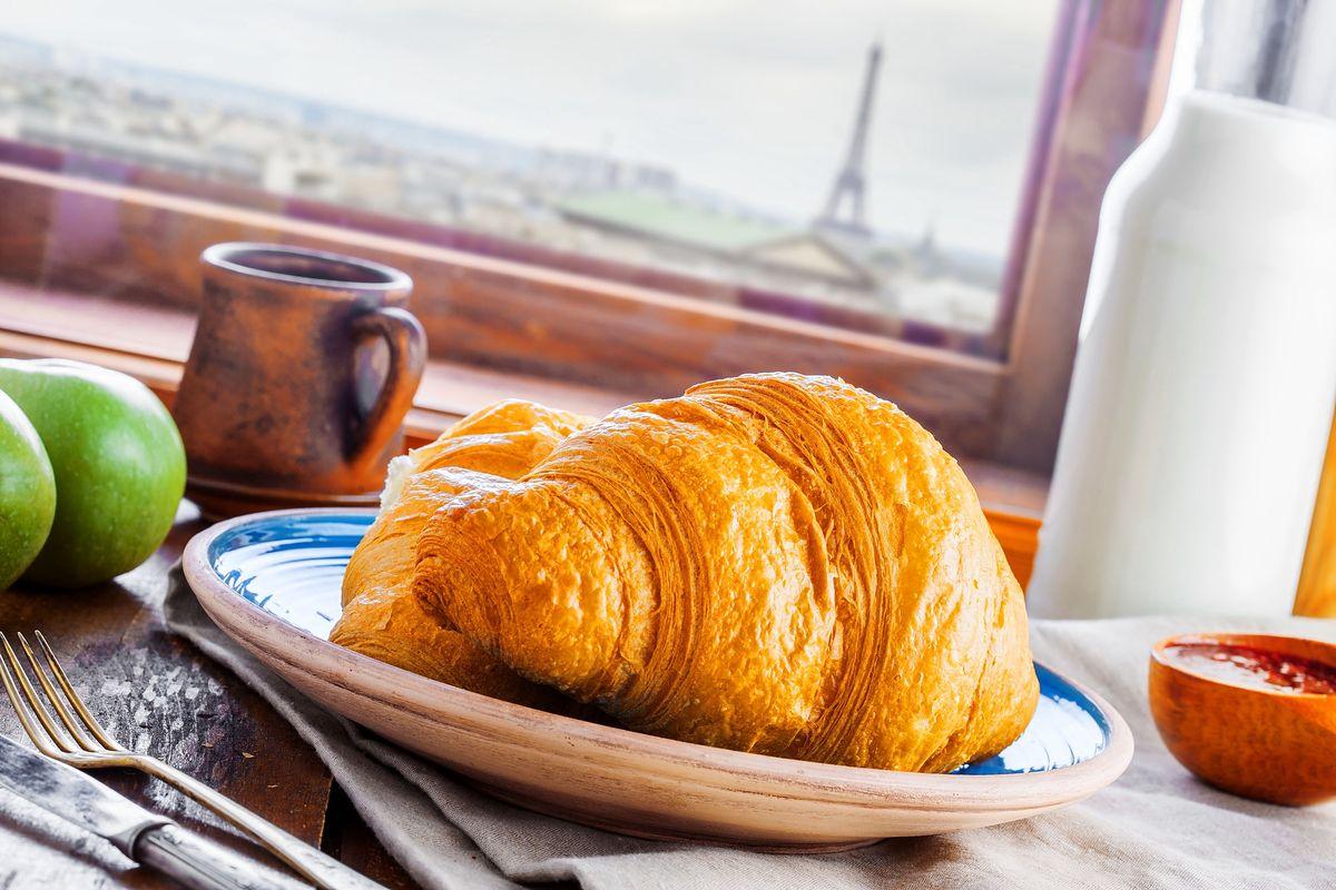 Śniadanie mieszkańca Paryża czy Marsylii kojarzymy zwykle z croissantem