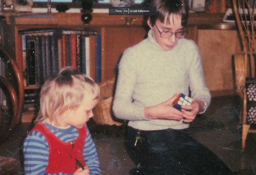 Zdjęcie z czasów dzieciństwa razem z siostrą, podczas wspólnej zabawy.