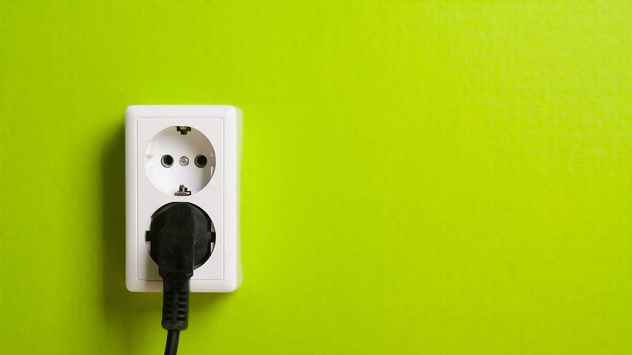 Gniazdo elektryczne na ścianie z depositphotos