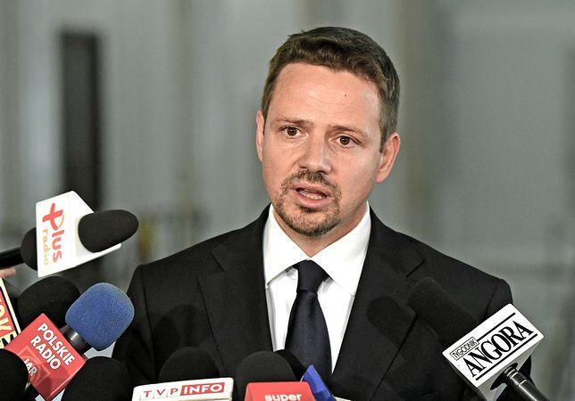 Trzaskowski uważa, że pomnik smoleński powinien już dawno stać w Warszawie