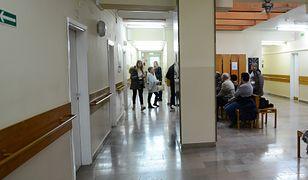 Koronawirus w Polsce. Lekarze POZ przyjmują znacznie mniej pacjentów na wizytach na miejscu, w poradni.