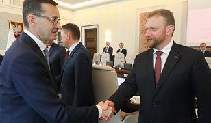 Premier Mateusz Morawiecki i szef resortu zdrowia Łukasz Szumowski