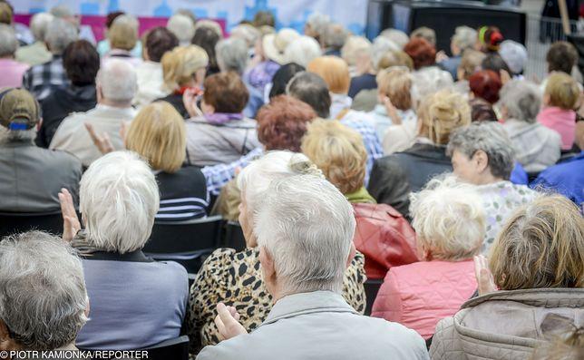 Podwyżki świadczeń dla seniorów obecnie są ustalane procentowo. Na to, o ile procent wzrosną, wpływ mają dane o inflacji i zarobkach Polaków